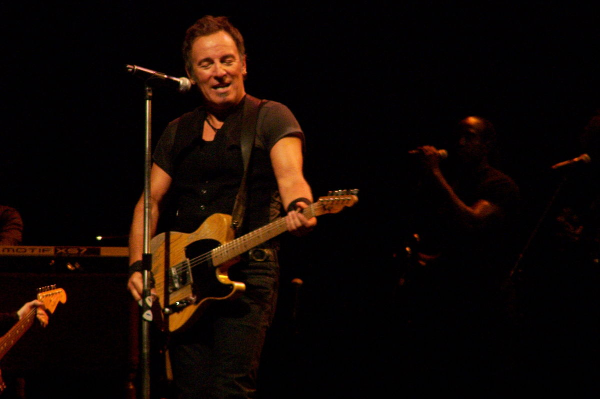 1200px-Springsteen_with_Telecaster